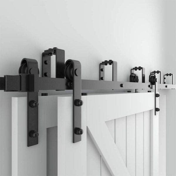 Uw hoogte van de deur wordt dus afstand vloer tot plafond - bovenstaande ruimte. U houdt dan voldoende ruimte over om de vloergeleiders te monteren.