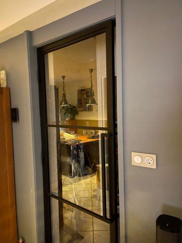 Stalen deur in woonkamer