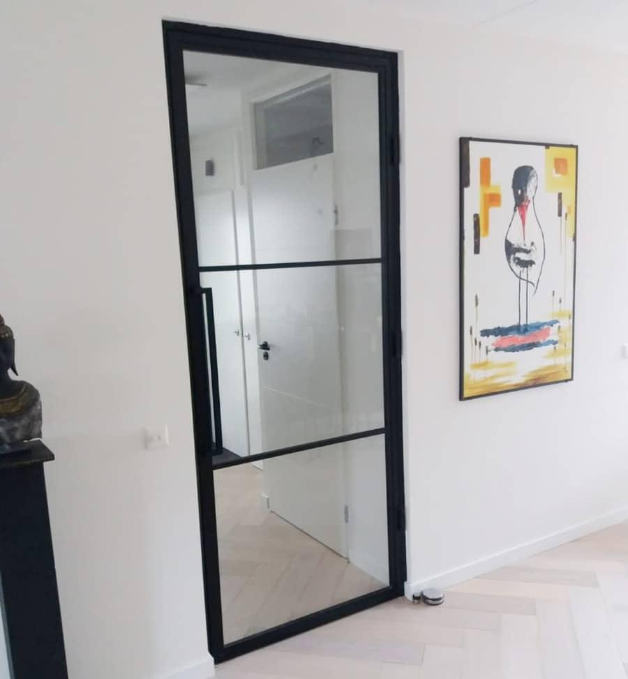 zwarte stalen deur woonkamer